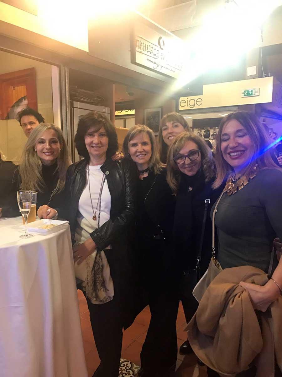 La dra Villanueva con la dra San Jose la dra Molina la dra Salvador la dra Escoda y dra Madam cena en el market de Monaco